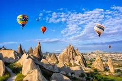 La grande attrazione turistica di Cappadocia - balloon il volo protezione immagini stock libere da diritti