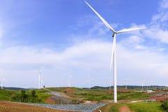 La grande azienda agricola della turbina del mulino a vento Immagine Stock Libera da Diritti