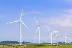 La grande azienda agricola della turbina del mulino a vento Fotografia Stock