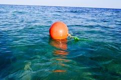 La grande balise en plastique ronde orange de délivrance flotte en mer bleue de sel pour la sécurité image libre de droits