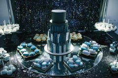 la grande bella torta nunziale nera sta su una fine della tavola su immagini stock libere da diritti
