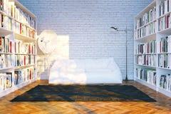 La grande biblioteca accantona con molti libri in salone bianco Immagine Stock