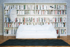 La grande bibliothèque rayonne avec beaucoup de livres dans le salon blanc Image stock