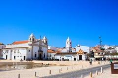La grande, blanche église de Lagos au Portugal au soleil images libres de droits