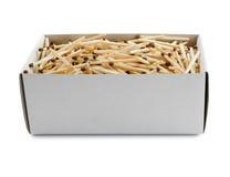 La grande boîte en carton ouverte a rempli de matchs sur le fond blanc Photographie stock libre de droits