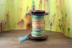 La grande bobina della ruota di filatura ha riempito di filato della mano Fotografia Stock Libera da Diritti