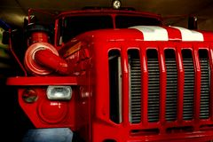La grande cabine rouge du véhicule de sauvetage 911 avec les rayures blanches sur le capot sans conducteur Image stock