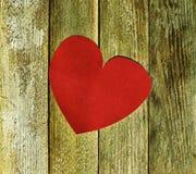 La grande carta rossa del velluto del cuore sui bordi di legno anziani si chiude su Fotografie Stock Libere da Diritti
