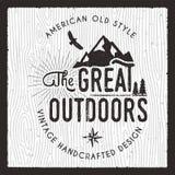 La grande carte d'extérieur Insigne de camping d'envie de voyager Vieux graphiques tirés par la main d'habillement d'impression d illustration stock