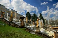 La grande cascata delle fontane di Peterhof fotografia stock