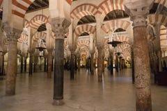 La grande cathédrale de mosquée de l'intérieur de Cordoue Photographie stock libre de droits