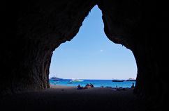 La grande caverna alla baia di Cala Luna immagini stock