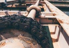 La grande chaîne des balayeuses déposent dans l'installation de traitement de l'eau images libres de droits