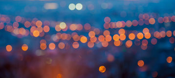 La grande città di panorama si accende nella sera crepuscolare con l'offuscamento della b fotografia stock