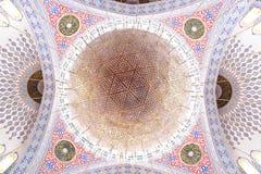 La grande cupola della moschea e del lampadario a bracci Fotografia Stock Libera da Diritti