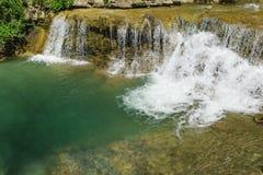 La grande cuvette profonde a lavé la rivière propre Janet de montagne de cascade Images libres de droits