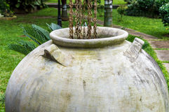 La grande eau de pluie rassemblant des pots se ferment  Images stock
