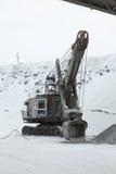 La grande excavatrice à charger a écrasé le minerai de fer, pierre écrasée, roches Image libre de droits