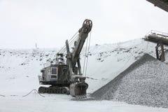 La grande excavatrice à charger a écrasé le minerai de fer, pierre écrasée, roches Photographie stock libre de droits