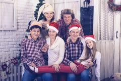 La grande famille célèbre Noël ensemble Images libres de droits