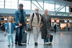La grande famille joyeuse voyagent ensemble Photographie stock libre de droits