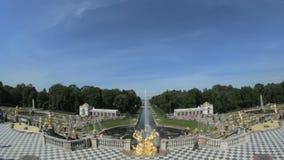 La grande fontaine célèbre Peterhof, St Petersbourg, Russie banque de vidéos