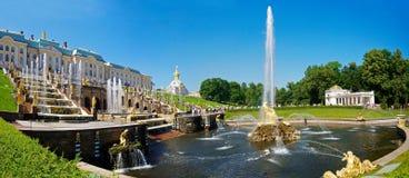 La grande fontana della cascata a Peterhof Fotografie Stock Libere da Diritti