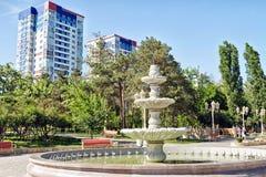 La grande fontana nello stile antico ha montato su fondo alto-ris Fotografia Stock Libera da Diritti