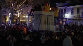 La grande foule heureuse célèbre dehors la nuit banque de vidéos