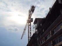 La grande gru sulla zona della costruzione Immagine Stock Libera da Diritti