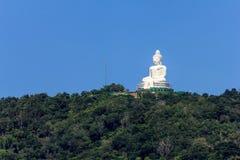 La grande immagine di Buddha sulla montagna Immagini Stock