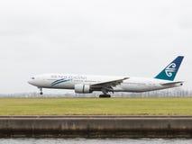 La grande linea aerea di Boeing 777-219 il ER Nuova Zelanda sta atterrando Fotografie Stock Libere da Diritti