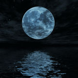La grande luna blu ha riflesso nella superficie dell'acqua Fotografia Stock Libera da Diritti