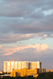 La grande maison urbaine s'est allumée par la lumière de coucher du soleil en été Images libres de droits
