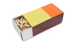 La grande metà della scatola di fiammiferi aperta ha riempito di partite su fondo bianco Immagine Stock Libera da Diritti