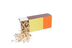 La grande metà della scatola di fiammiferi sdraiata aperta ha riempito di partite sulle sedere bianche Fotografia Stock Libera da Diritti