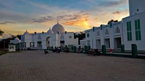La grande moschea ed il cielo drammatico fotografia stock