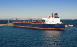 La grande nave da carico sta rifornenda Fotografia Stock Libera da Diritti
