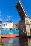 La grande nave viene all'ingresso stretto della serratura Fotografie Stock