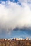La grande neve si rannuvola la città e la foresta Fotografia Stock Libera da Diritti