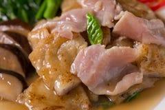 La grande nouille frite par nourriture populaire thaïlandaise a complété le chou frisé et le Marin chinois photos libres de droits