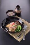 La grande nouille frite par nourriture populaire thaïlandaise a complété le chou frisé et le Marin chinois photo stock