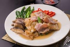 La grande nouille frite par nourriture populaire thaïlandaise a complété le chou frisé et le Marin chinois images stock