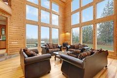 La grande pièce spacieuse comporte les murs lambrissés par pin image stock