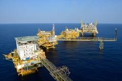 La grande piattaforma dell'impianto di perforazione del petrolio marino immagine stock