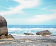 La grande pierre en mer photo stock
