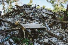 La grande pile des déchets, débris d'un bâtiment, a ruiné la maison, peut être employée comme conséquences de guerre Photographie stock