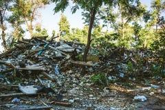 La grande pile des déchets, débris d'un bâtiment, a ruiné la maison, peut être employée comme conséquences de guerre, tremblement Images stock