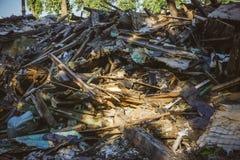 La grande pile des déchets, débris d'un bâtiment, a ruiné la maison, peut être employée comme conséquences de guerre, tremblement Photo libre de droits