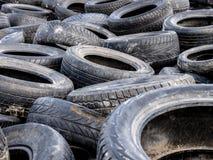 La grande pile des pneus vident d?charge de d?chets ill?gale Le concept de la pollution d'?cologie image stock